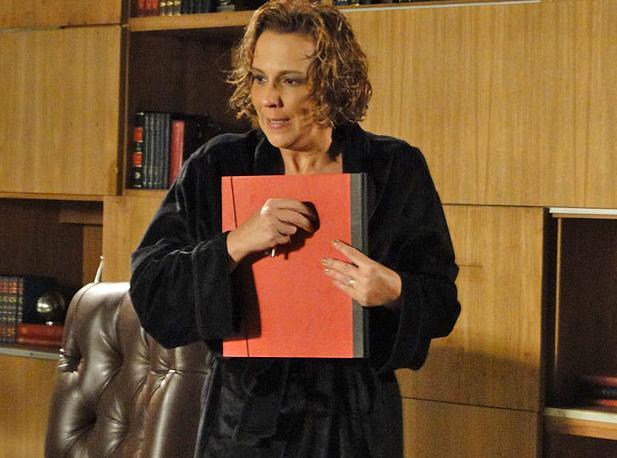 Clarice lembra da conversa que Cortez teve com Henrique sobre os documentos da auditoria e pega os papéis na gaveta do escritório do marido (Foto: TV Globo/ Insensato Coração)