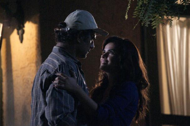 Abner (Marcos Pasquim) pede Celeste (Vanessa Giácomo) em casamento (Foto: Divulgação TV Globo)