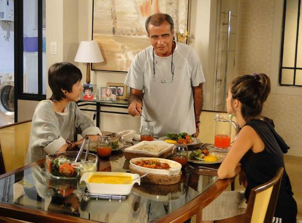 Duda fica irritada com Agenor e Josiane por forçarem ela a comer (Foto: TV Globo/ Malhação)