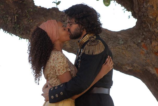 Cesária (Lucy Liu) e Rei Augusto (Carmo Dalla Vecchia) se beijam (Foto: TV Globo/Alex Carvalho)