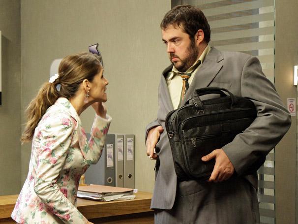 Val (Ingrid Guimarães) procura novo emprego e toma um susto ao encontrar com Chico (Fernando Ceylão) (Foto: TV Globo/Blenda Gomes)