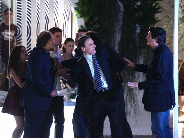 Cortez é preso na Barão da Gamboa  (Foto: TV Globo/Insensato Coração)