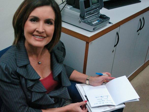 Fátima Bernardes autografa caderno que premiará um telespectador da Rede Globo (Foto: TV Globo/ Carlos Alberto Ferreira)