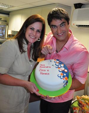 Renata Ceribelli e Zeca Camargo comemoram seu aniversário com a equipe do Fantástico (Foto: Estevam Avellar / Divulgação TV Globo)