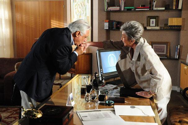 Raul (Antônio Fagundes) pede um emprego à Vitória (Natalia Timberg) (Foto: TV Globo/João Miguel Júnior)