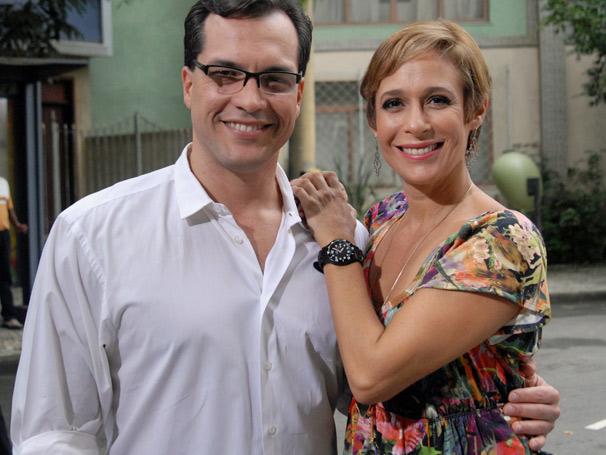 Em Copacabana, Sueli (Andrea Beltrão) esbarra em PC (Daniel Boaventura), seu primeiro namorado (Foto: TV Globo/Alex Carvalho)
