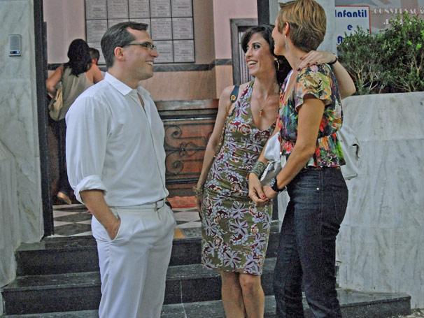 Animada com o encontro da amiga, Fátima (Fernanda Torres) insiste para Sueli (Andrea Beltrão) investir em PC (Daniel Boaventura) (Foto: TV Globo; Alex Carvalho)