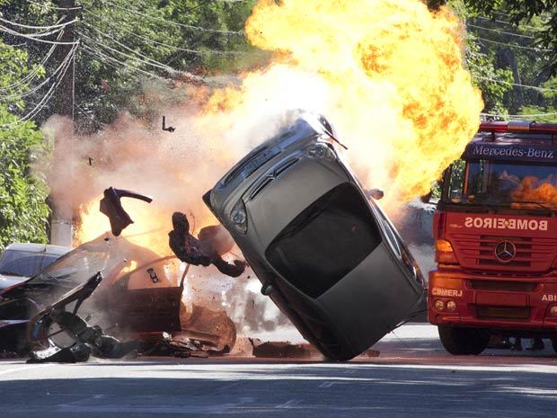 Clarice não consegue controlar o carro e sofre um acidente (Foto: TV Globo/ Insensato Coração)