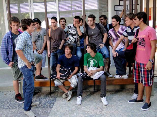 Lúcio fala para os jogadores do time de futebol que Theo tem a doença grave da mãe e exige que ele saia da equipe (Foto: Malhação/ TV Globo)