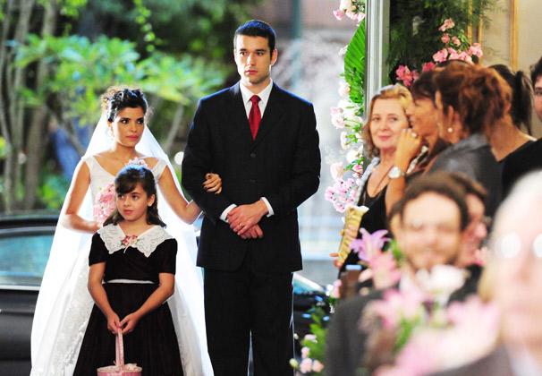 Celeste (Vanessa Giácomo) entra na igreja com Marcos (Sérgio Marone) e Tonica (Klara Castanho) (Foto: TV Globo/ João Miguel Júnior)