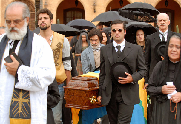Após última conversa com Januário (Reginaldo Faria), Jesuíno (Cauã Reymond) e Timóteo (Bruno Gagliasso) seguem para o enterro do coronel (Foto: TV Globo / Alex Carvalho)