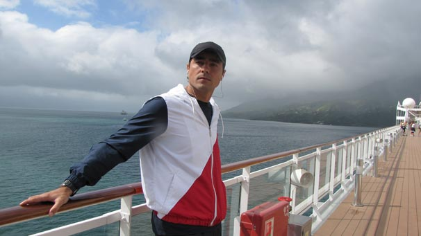 Ricardo Pereira grava cenas em um cruzeiro para o fim de seu personagem, Henrique (Foto: Divulgação TV Globo)