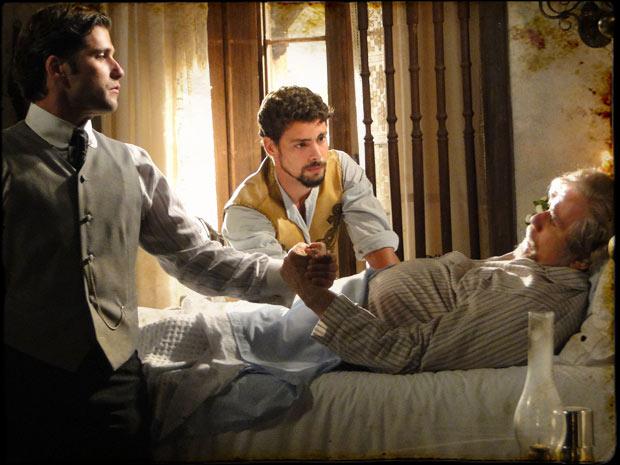 Coronel Januário morre depois de pedir que Timóteo e Jesuíno façam as pazes (Foto: TV Globo/Cordel Encantado)