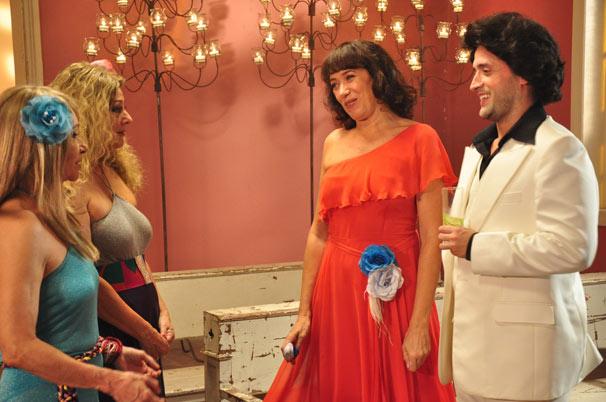 Reneé (Paulo Gustavo) acompanha Mercedes (Lilia Cabral) e finge ser seu namorado (Foto: TV Globo / Estevam Avellar)