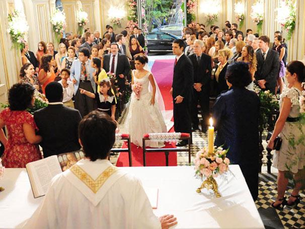 Celeste entra na igreja e percee que Abner fugiu do casamento (Foto: Divulgação/ Site de Morde & Assopra)