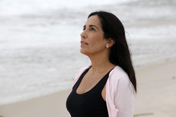 Norma (Gloria Pires) reflete na praia (Foto: Divulgação TV Globo)