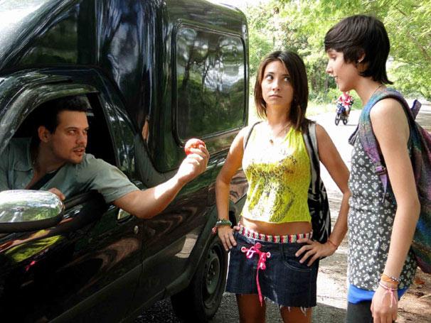 Homem misterioso aborda Josiane e Duda (Foto: Divulgação/ Site de Malhação)