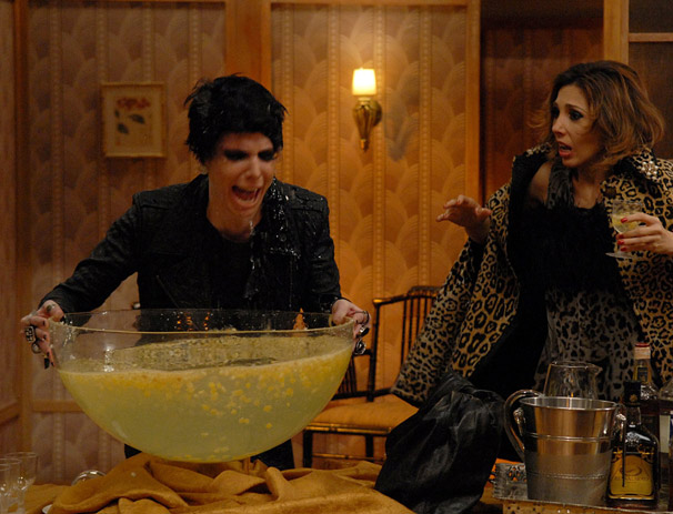 Nikita (Natalia Klein) deixa a amiga Venetta (Rita Elmor) assustada (Foto: TV Globo/Alex Carvalho)