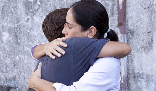 Norma se despede de Jandira e se emociona ao sair da prisão (Foto: Divulgação/ Site de Insensato Coração)