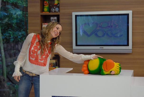 Mais Você - Claudia Leitte faz carinho em Louro José (Foto: Alex Carvalho / Divulgação TV Globo)