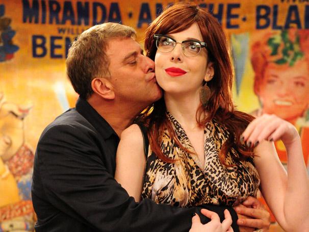 Zuzú (Jorge Fernando) se interessa pela versão russa de Nikita  (Foto: TV Globo/Renato Rocha Miranda)