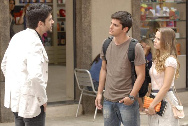Rique (Lucci Ferreira) reaparece no colégio Primeira Opção  (Foto: TV Globo / Marcio Nunes)