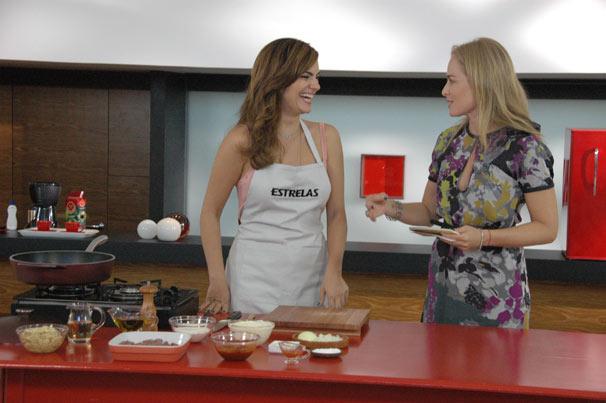 Mayana Neiva ensina a preparar um estrogonofe de filé flambado na cachaça e um tiramissu (Foto: Divulgação TV Globo)
