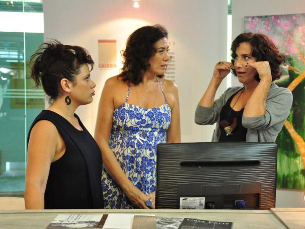 Mercedes (Lilia Cabral) recebe dicas de Tânia (Totia Meireles) sobre sites de encontros virtuais (Foto: TV Globo / Estevam Avellar)