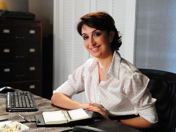Mabel Cezar é a secretária do Dr. Lopes (Foto: TV Globo/João Miguel Júnior)
