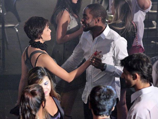 Leila consegue fazer André levá-la para o seu apartamento (Foto: TV Globo/ Insensato Coração)