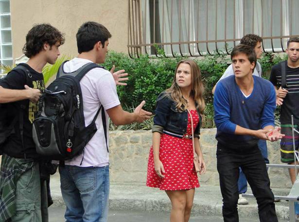 Pedro se irrita com Guilherme e enfrenta o interno (Foto: TV Globo/ Malhação)