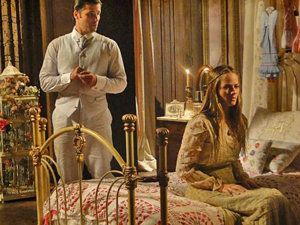 Antônia enfrenta o irmão e é trancada em seu quarto (Foto: TV Globo/ Cordel Encantado)