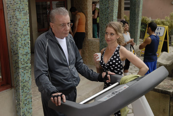 A proximidade de Lineu (Marco Nanini) e Lorena (Fabi Gugli) desperta ciúmes em Nenê (Marieta Severo) (Foto: TV Globo / Marcio Nunes)