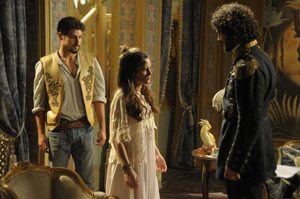 Rei Augusto (Carmo Dalla Vecchia) conta toda a verdade para a moça (Foto: TV Globo/Renato Rocha Miranda)