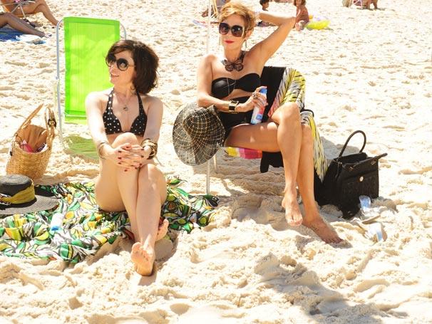 Fátima (Fernanda Torres) e Sueli (Andréa Beltrão) levam Chalita (Flávio Migliaccio) à praia  (Foto: TV Globo/João Miguel Júnior)