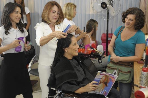 Norma (Glória Pires) e Cida (Beth Zalcman) vão ao salão (Foto: TV Globo/Renato Rocha Miranda)