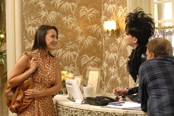 Nikita (Natalia Klein) atende a cliente bonitinha (Juliana Knust) e a encaminha para Zuzú (Jorge Fernando), que fará suas luzes (Foto: TV Globo/Marcio Nunes)