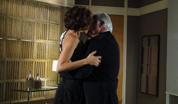 Carol (Camila Pitanga) e Raul (Antonio Fagundes) se beijam (Foto: Aída Barros/ TV Globo)