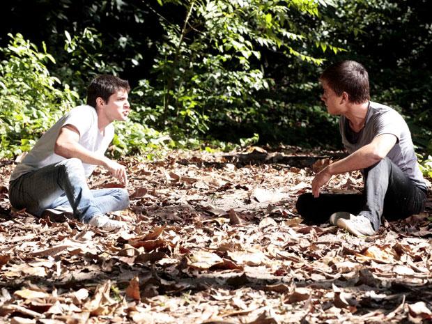 Guilherme e Pedro se enfrentam e o residente acusa o DJ de fazer Catarina sofrer por conta de sua obsessão com o sumiço de Raquel (Foto: TV Globo/ Malhação)