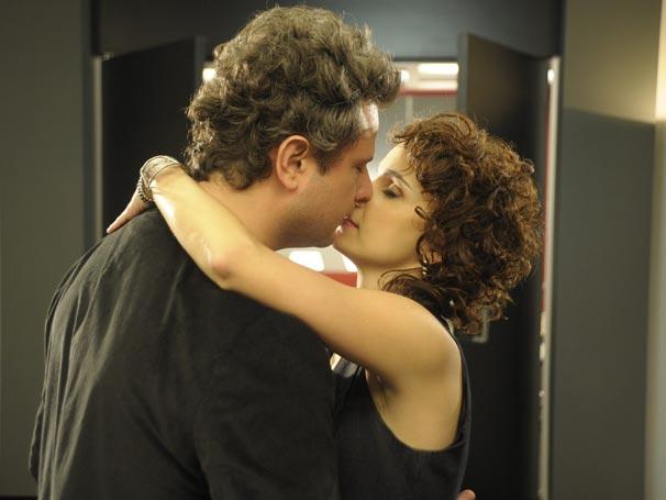 Clarisse (Débora Falabella) precisa aturar a amante invisível do marido  (Foto: TV Globo/Renato Rocha Miranda)