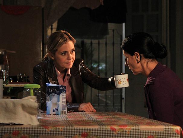 Júlia (Adriana Esteves) oferece ajuda para Dulce (Casia Kis Magro), que não quer comer (Foto: TV Globo/Blenda Gomes)