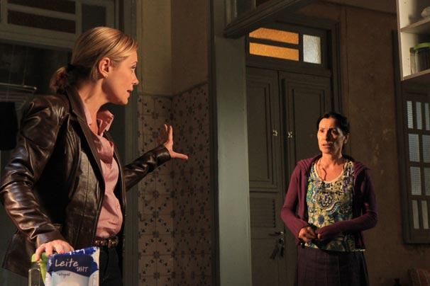 Júlia (Adriana Esteves) aconselha Dulce (Casia Kis Magro) (Foto: TV Globo/Blenda Gomes)