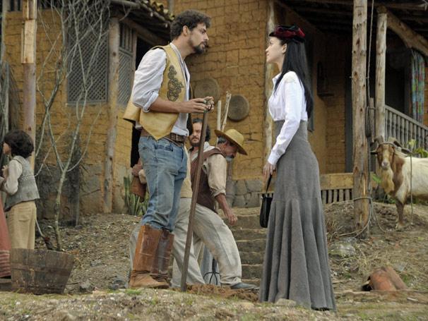 Dora (Nathalia Dill) pede para entrar para o bando de justiceiros, mas Jesuíno (Cauã Reymond) veta a participação da moça (Foto: TV Globo / Renato Rocha Miranda)