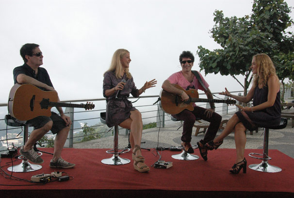 A banda canta seus sucessos  (Foto: TV Globo/Debora Montenegro)
