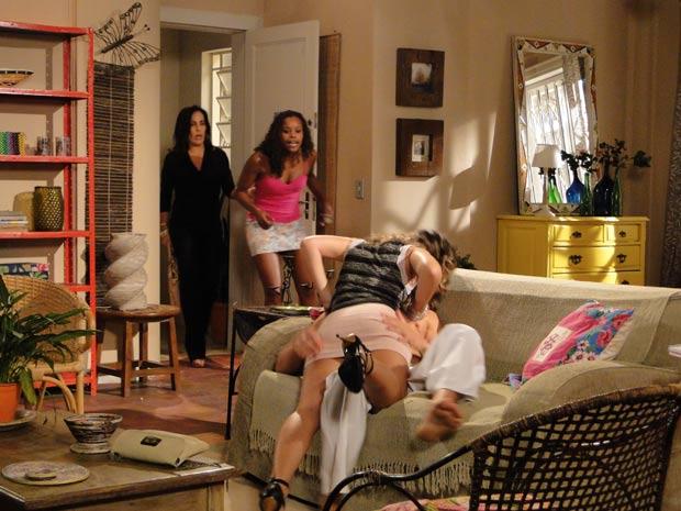 Fabíola fica indignada ao ver Diogão e Vânia juntos em sua sala e convida Norma para ocupar a vaga do rapaz (Foto: TV Globo/ Insensato Coração)