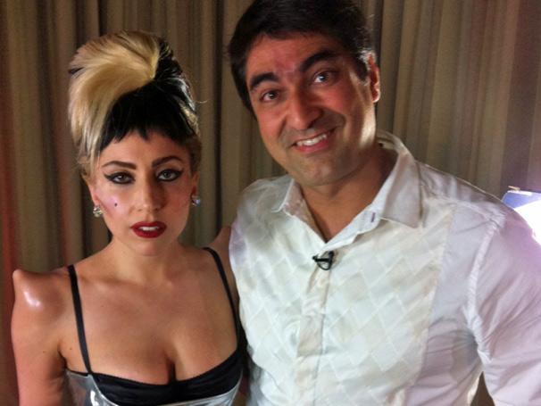 Zeca Camargo posa ao lado de Lady Gaga após entrevista para o Fantástico (Foto: TV Globo)