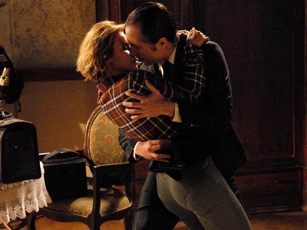Ao deixar Penélope (Paula Burlamaqui) em casa, Belarmino (João Miguel) tasca beijo na jornalista (Foto: TV Globo/ Alex Carvalho)
