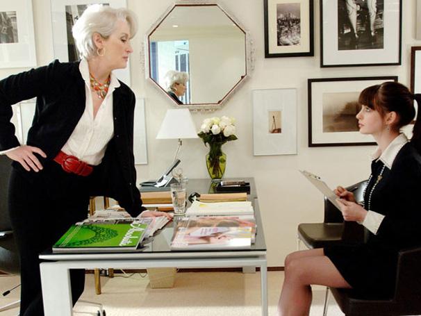 Andy (Anne Hathaway) tem o sonho de trabalhar para uma grande revista de moda atendido. Porém,  a jovem passa a viver um pesadelo ao conhecer a sua chefe Miranda (Meryl Streep), (Foto: Divulgação)