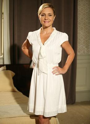 Júlia (Adriana Esteves) escolhe look bem simples para se casar  (Foto: TV Globo/ Marcio Nunes)