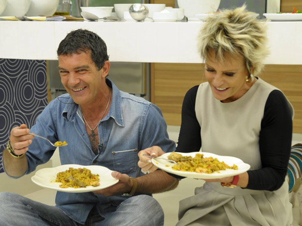 Ana Maria Braga aprova a deliciosa Paella Californiana, preparada por Antonio Banderas (Foto: TV Globo / Renato Rocha Miranda)